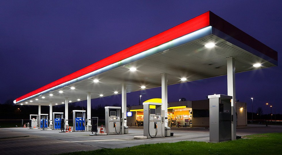 На заправки хотят вернуть алкоголь, чтобы бензин дорожал меньше