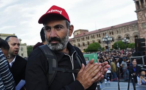 Пашинян призвал протестующих армян выйти на улицы в день выборов премьера