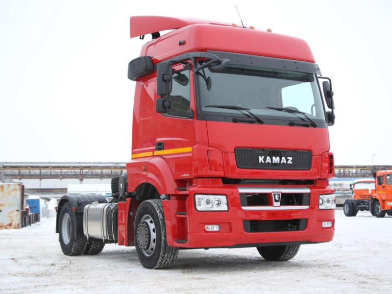 Продажи грузовых автомобилей в РФ с начала года выросли почти на треть