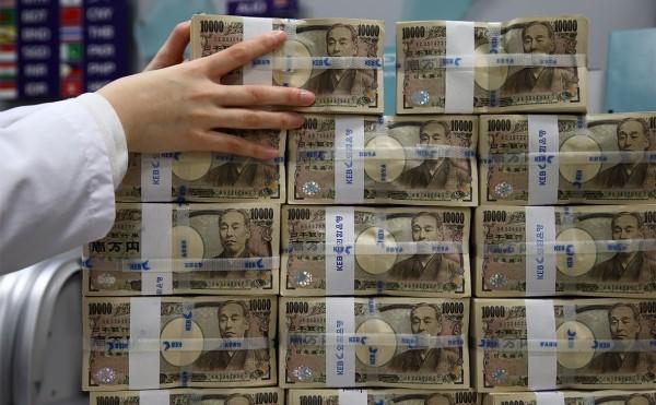Центробанки сократили резервы в долларах в пользу юаня и иены