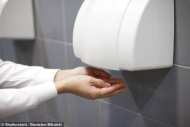 Бумажные полотенца полезнее сушилок для рук
