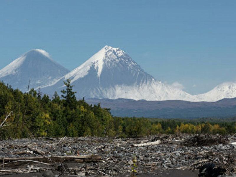Над камчатским вулканом поднялся столб пепла на 5,5 километра