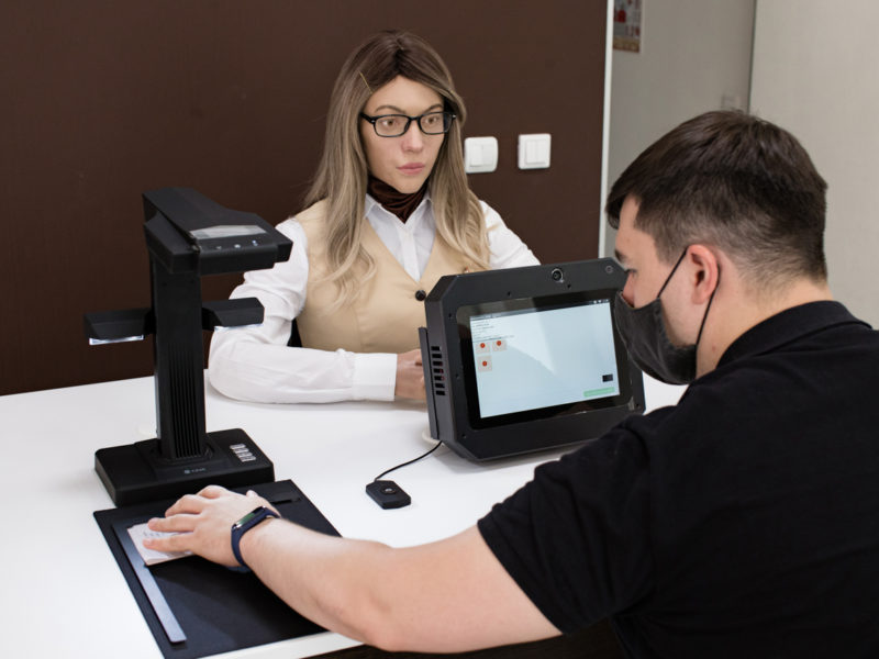 22 век по-русски: в МФЦ посадили робота-специалиста по оказанию услуг