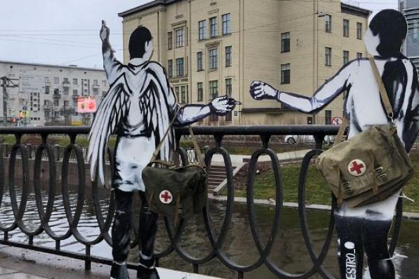 ВПетербурге установили фигуры врача иангела впамять погибших откоронавируса медиках