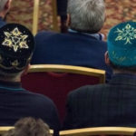 Ктовбивает клин между татарами ибашкирами?