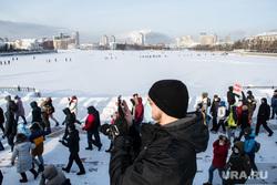 Рабочие с лопатами уничтожили надпись «Навальный» на льду Исети. Фото