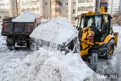 В ХМАО жилой поселок превратили в свалку снега