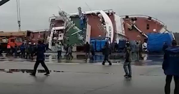 Двачеловека пропали сперевернувшегося судна вПетербурге