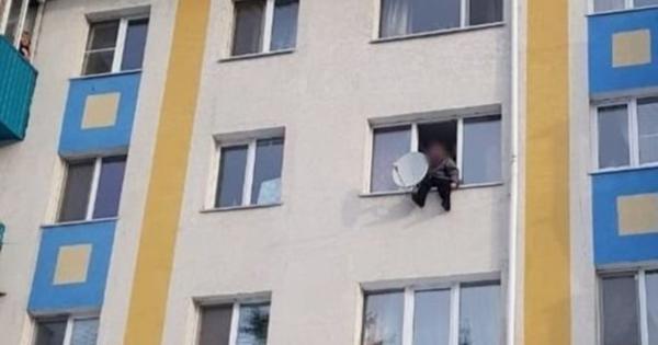 ВАльметьевске спасатели сняли 82-летнюю женщину сокна многоэтажки