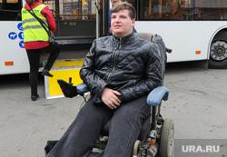 В Челябинске инвалид не смог попасть в автобус из-за куч снега. Видео