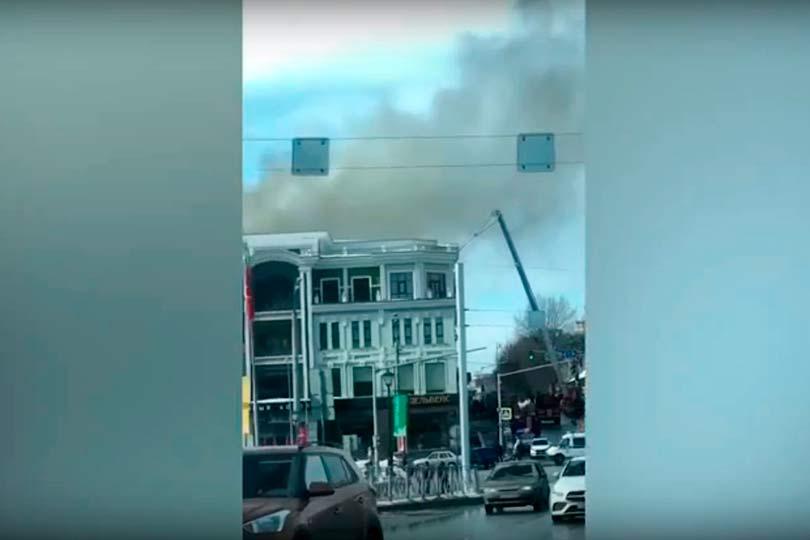 Всамом центре Казани загорелось здание ГУМа, изкрыши валит дым