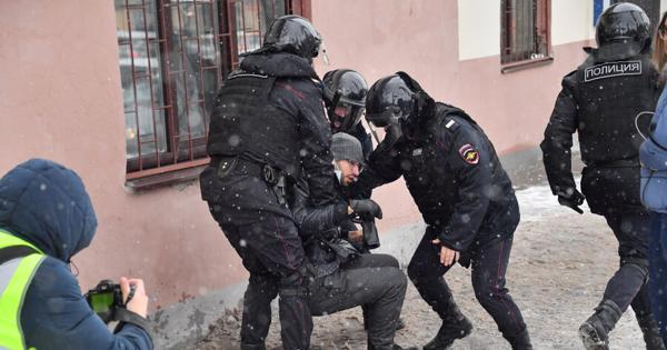 Жестко задержанный намитинге вПетербурге ветеран ожидает уголовного дела