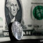 Аналитики дали прогноз по курсу доллара на сезон отпусков