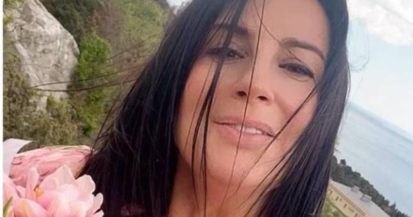 Крымские каникулы: Стриженова вплатье сюбкой-колоколом подчеркнула талию наотдыхе