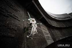 Пьяный россиянин снял штаны и осквернил памятник героям ВОВ. Видео
