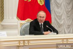 Путин запретил списывать минимальный доход россиян за долги
