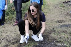 Михалкова таскала мешки с мусором на челябинском озере. Фото