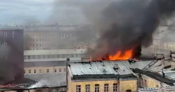 ВСанкт-Петербурге загорелся дореволюционный жилой дом