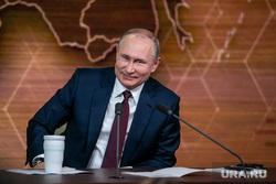 Путин послал воздушный поцелуй прохожим в Москве