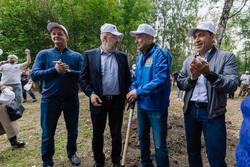 Куйвашев принял участие в акции «Сима-Ленда» по уборке парка. Фото