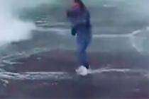 Мощная волна едва несмыла россиянку спирса вКрыму ипопала навидео