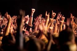 Тюменцы поссорились из-за нарушений на концерте певицы Акулы. Видео